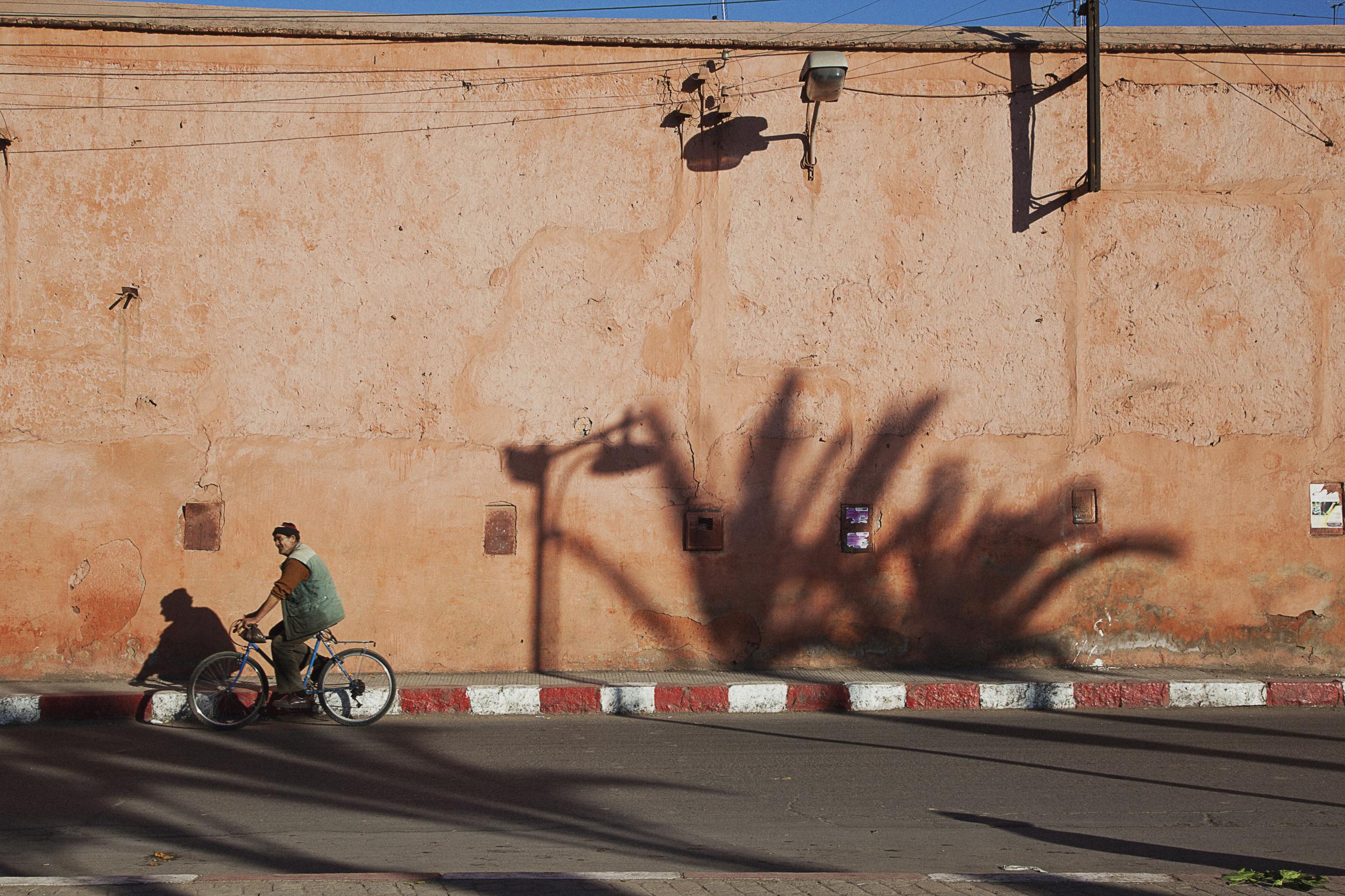 man-biking-in-marrkesh-travel-photographer.jpg