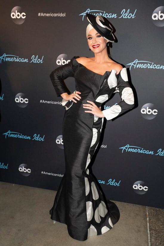 Katy-Perry-ABC-American-Idol-Finale-Red-Carpet-Fashion-Ronald-van-der-Kemp-Couture-Tom-Lorenzo-Site-2.jpg