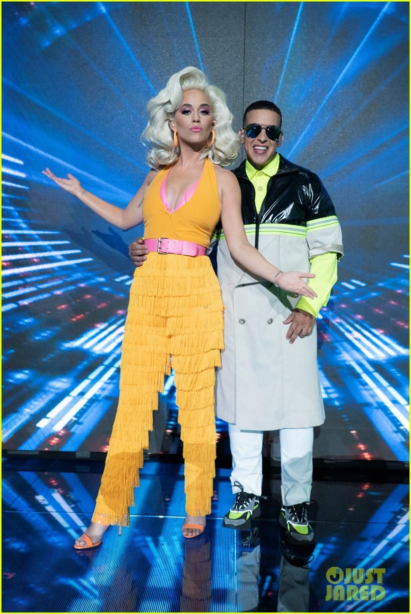katy-perry-daddy-yankee-perform-con-calma-on-american-idol-finale-01.jpg