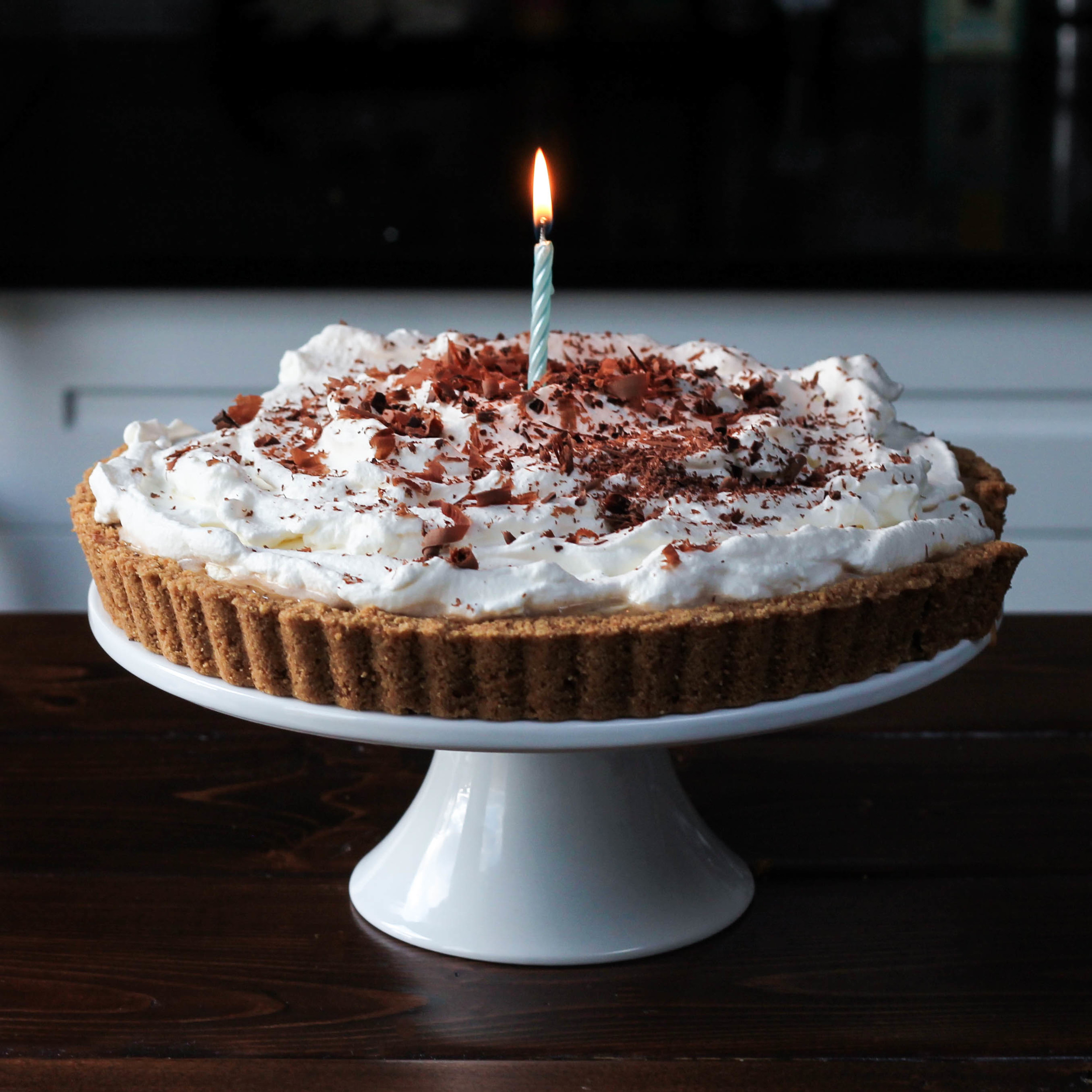 Banoffee Birthday Pie || A classic British inspired dessert! Digestive biscuit crust, dulce de leche (or caramel), banana, whipped cream + shaved chocolate. Toffee + Bananas are a dream come true! Easy to make and only six ingredients. || creamandhoney.ca