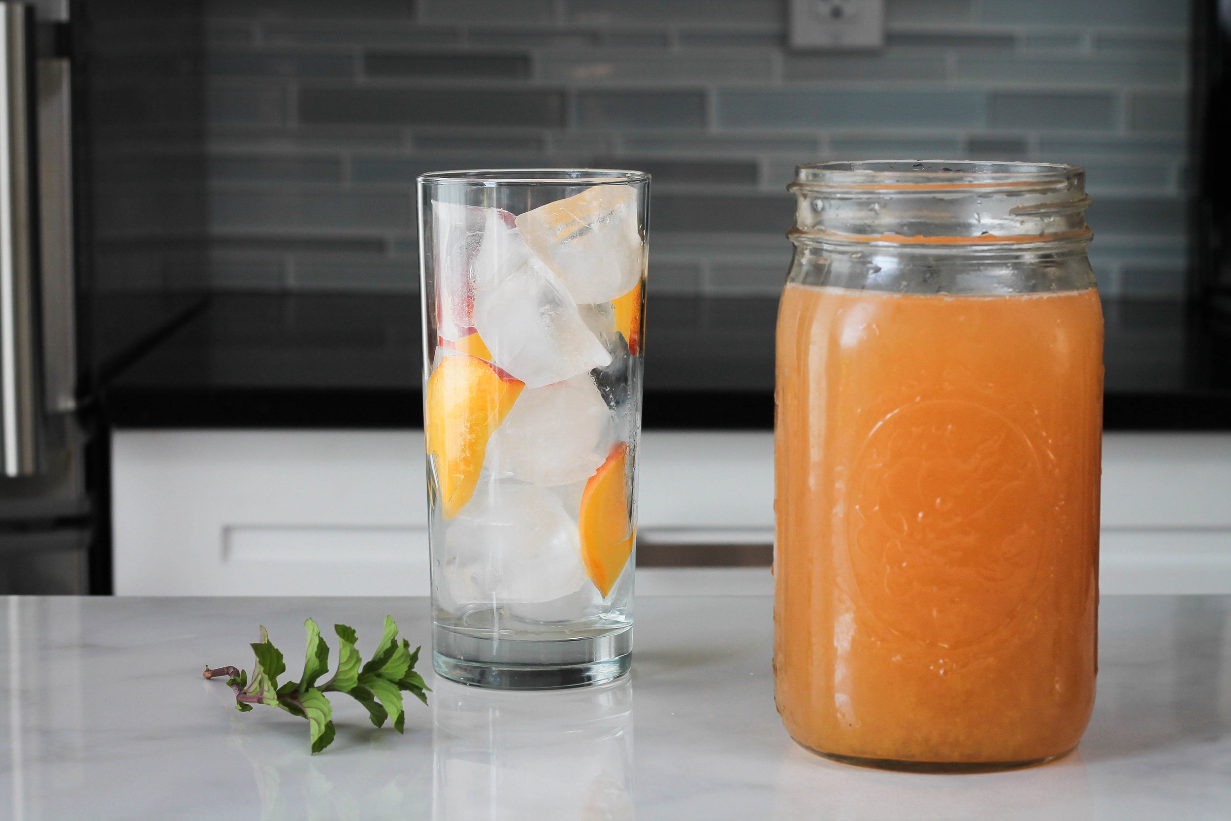 Peach Honey Ginger Iced Tea || Fresh + delicious iced green tea flavoured with peaches + ginger. No refined sugars, perfect as a mocktail for a summer picnic or bbq and can be easily made into a cocktail by adding bourbon, gin or vodka! dairy free. || creamandhoney.ca