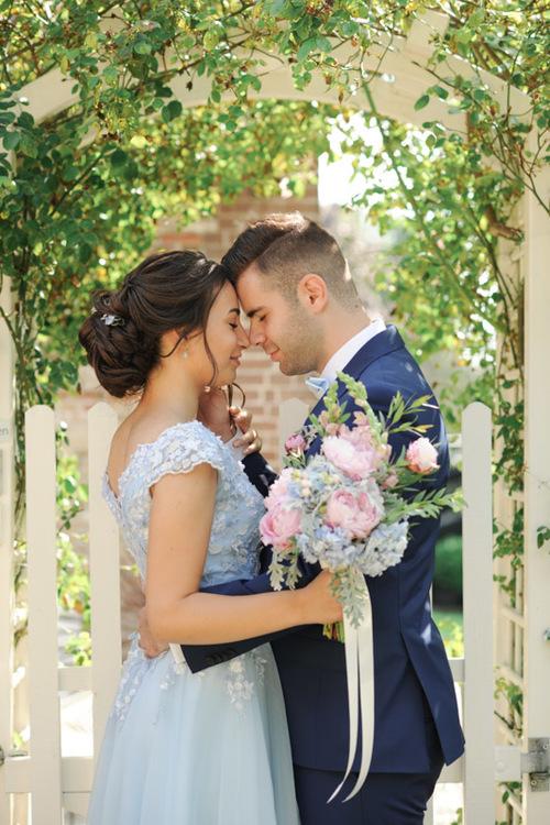 Prachtige bruidspaar, harmonie van licht blauw en roze kleuren.