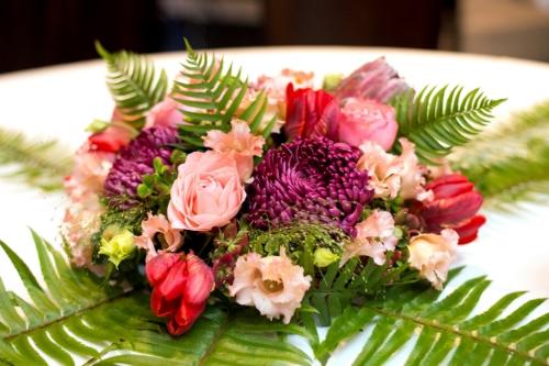 tafeldecoratie met bloemen bruiloft.jpg