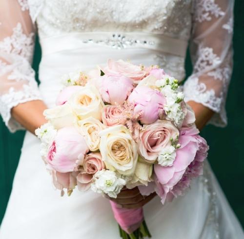 Biedermeier bruidsboeket met pionrozen en garden rozen. Foto: Robert Land