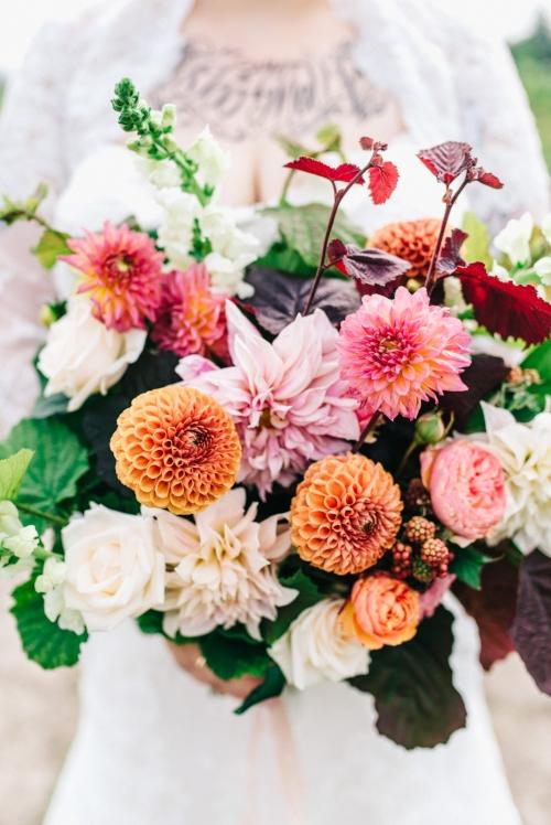 Garden Style (veldboeket) bruidsboeket met dahlia's, garden rozen en onrijpe zwarte bessen. Foto: Raisa Zwart Photography