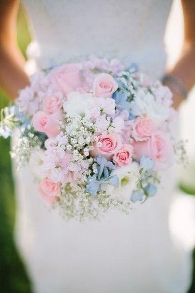 Biedermeier bruidsboeket roos wit blauw