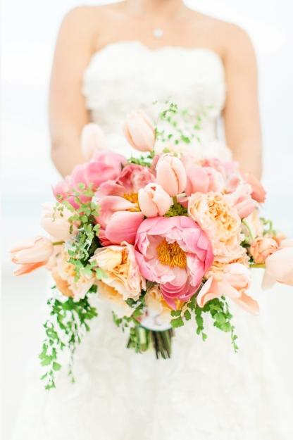 bruidsboeket met tulpen en pioenrozen