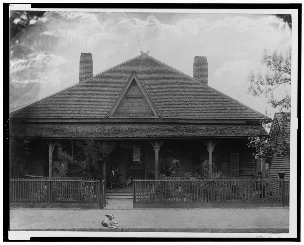 杜博伊斯,W.E.B.,收藏家。房子的外部视图,带栅栏、人和狗。格鲁吉亚,1899年。[或1900]照片。国会图书馆。