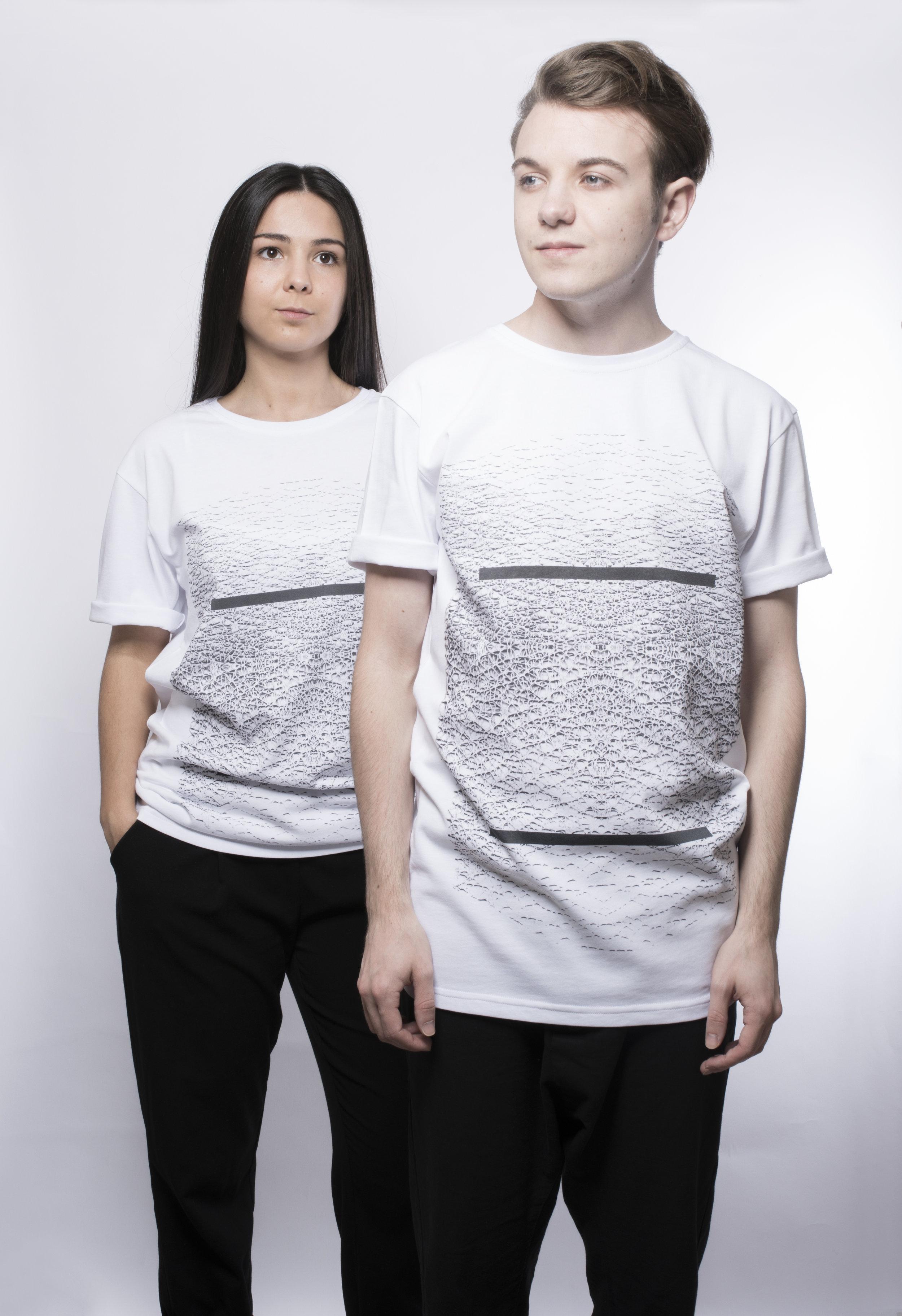 T-Shirt - 39.50€ LINE - Organisches Motiv mit Linien im Vorderteil.Erhältlich in S, M, L, XL100% Baumwolle.-Preis inkl. MwSt und zzgl. Versand.Beachtung der AGB's.