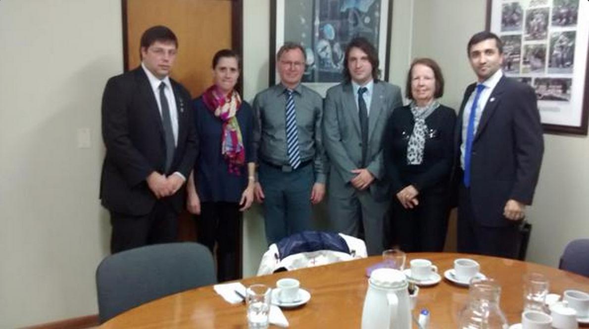 El Prof. Potthoff en el centro, junto a integrantes de UAI y Rotary.