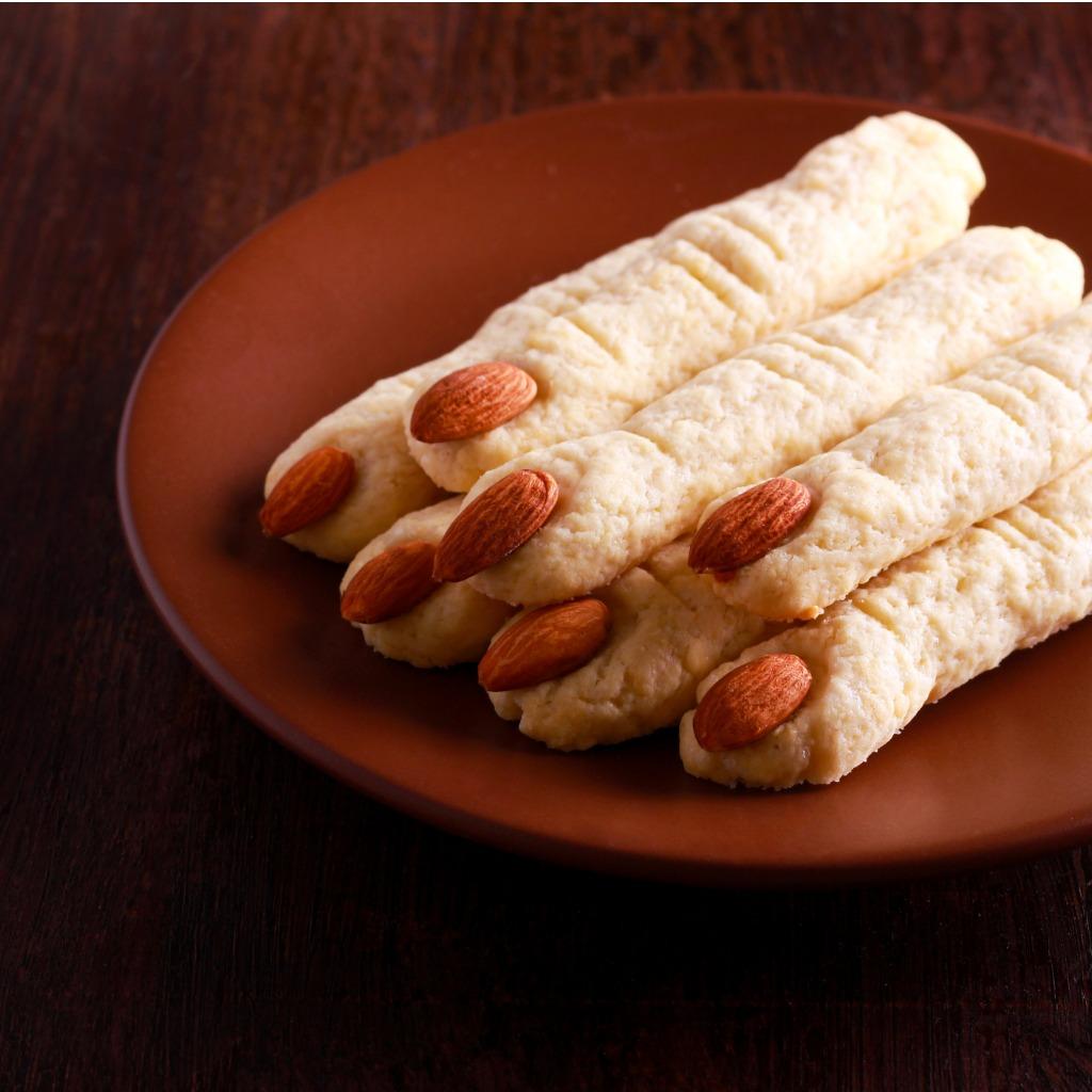 WITCH FINGERS   DITA DI STREGA - Ingredienti per le dita:- 230gr pasta sfoglia (meglio se quadrata)- 2 tuorli d'uovo- 50 gr formaggio cheddar- ½ cucchiaino da the di paprika- semi di zucca
