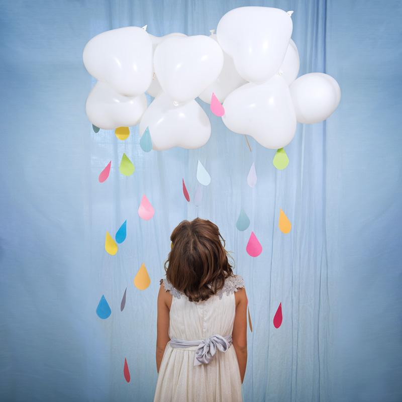 How to Do | Pioggia Arcobaleno - Occorrente:- Cartoncini colorati- Filo da pesca trasparente- Palloncini bianchi-Free Printable gocce di Magòcontenente tutte le istruzioni necessarie.