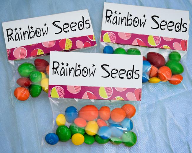 Con delle caramelle al cioccolato create dei semi di arcobaleno mono-porzione che verranno annaffiati dalla pioggia incantata del vostro backdrop -