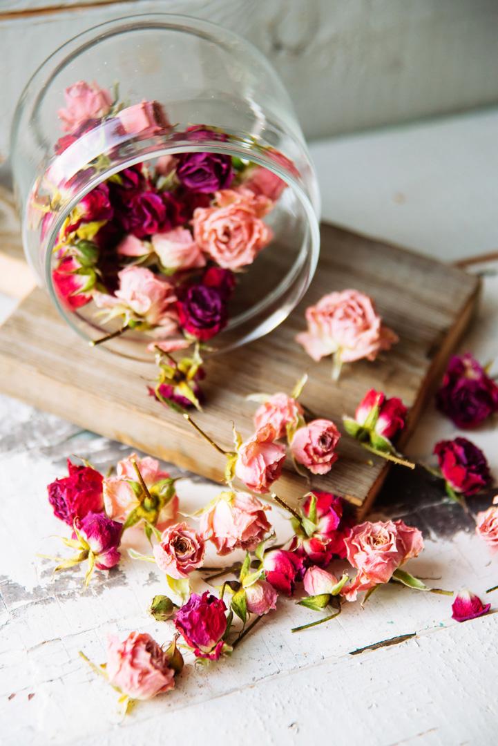 Potpourri | do it yourself:fiori secchi;oli essenziali dal profumo primaverile;un contenitore che vi piace.Aggiungete qualche goccia di olio essenziale ai fiori secchi, frizionateli delicatamente e inseriteli nel vostro contenitore. Voilà! -