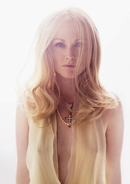 julianne moore in 2004 - not to self: match hair to chiffon