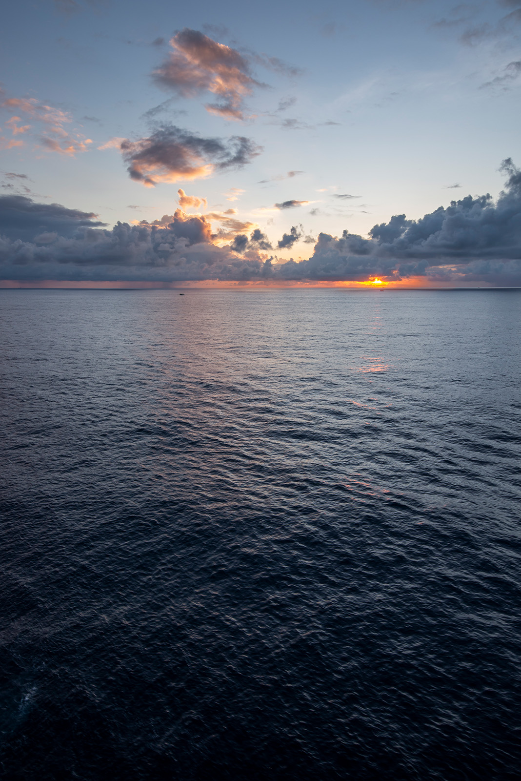 太阳又要进入云层之中了,但是似乎色彩并不会随之消失。这些云朵下面依旧在降雨,每一张照片都可以看到。
