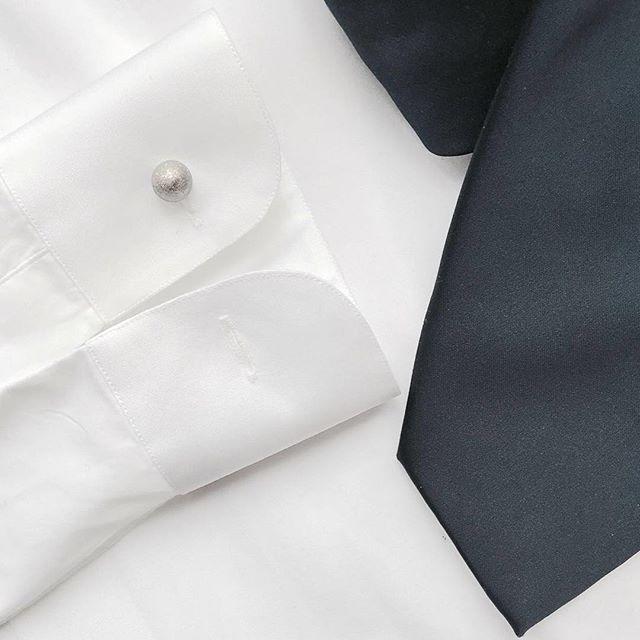 Silver with white and blue = Perfection  Silver Reversible Matte Crystal cufflinks.  www.gatsbymen.com  #cufflinks #bespoke #pitti #savilerow #pittiuomo #firenze #florence #sprezzatura #pitti89 #gatsby #esquire #gq #mrporter #menstyleguide #vogue #bazaar #therake #gentleman #vanityfair #mensfashion #fashion #menswear #mensweardaily #netaporter #menwithstyle #dapper #permanentstyle #weddings #classic