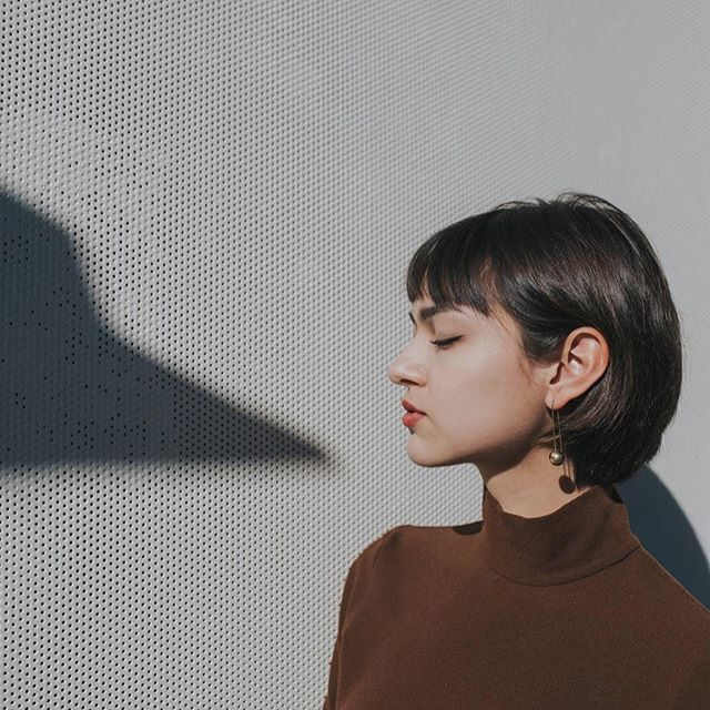 Catching light and shadows with the CHERI Earrings from upcycled brass. Handcrafted by Elijah in Nairobi, Kenya. (By @ashleehuff and modeled by @linz_gallagher) ✨