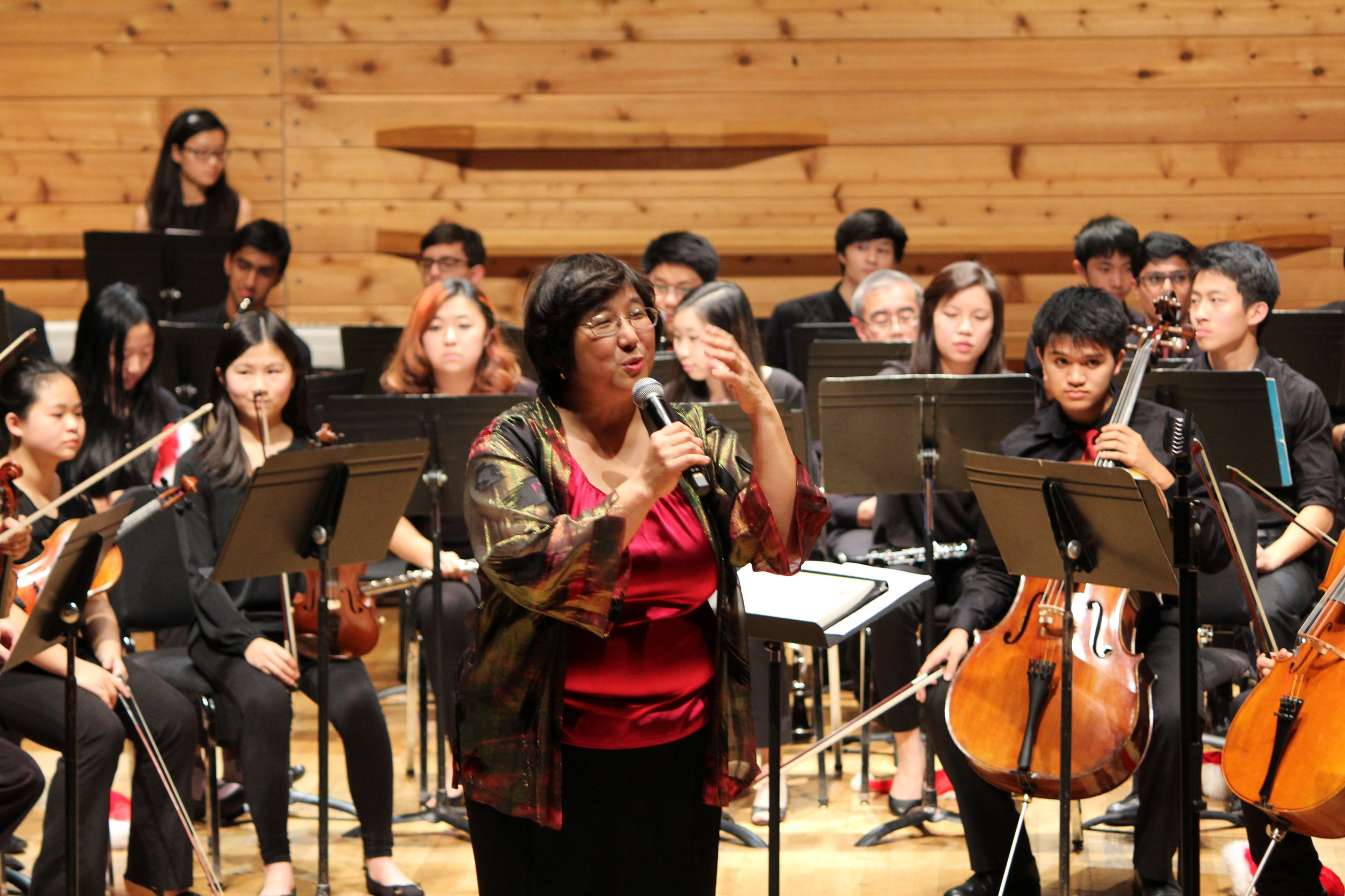 Ms. Lin introducing the Sinfonia pieces