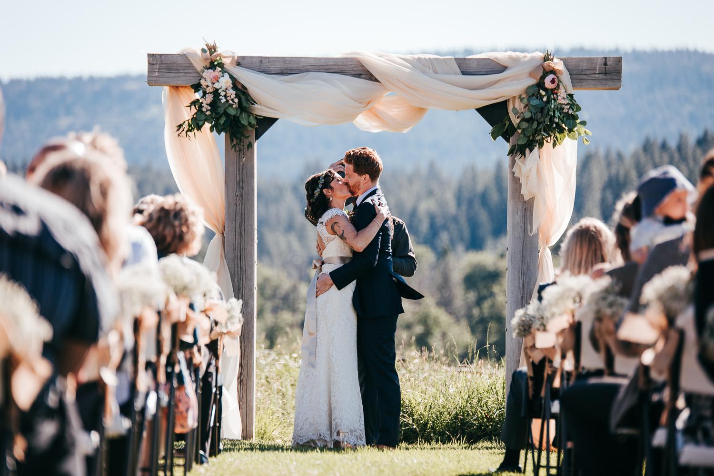 cle-elum-wedding-photographer-cattle-barn-0722.jpg