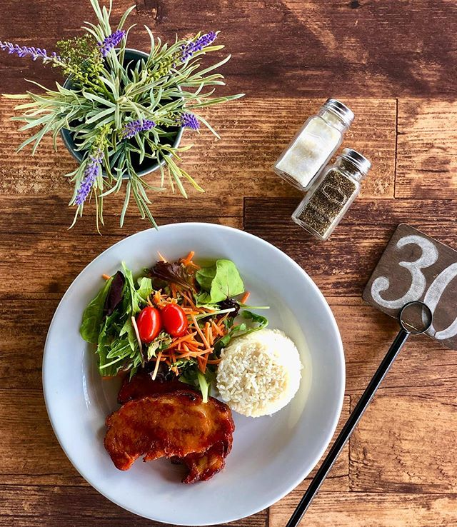 Today's Special: Chuleta Ahumada glazed with maple syrup, rice & salad 😎🙌🏻 . . . #ChuletaAhumada #Pork #Rice #LOVESOFRITO . . . . #deliciousfood #disneyworld #eatlocal #eatingfortheinsta #foodie #foodstagram #fresh #homemadefood #hungry #instagood #instafoodie #latinfood #mmm #nomnomnom #orlando #tasty #yummyfood