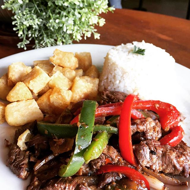 Pepper Steak. Juicy Skirt with peppers served with crispy fried Yucca and white rice. Head over and enjoy this delicious meal for lunch 🏃🏼‍♂️🕺🏻 . . . #PepperSteak #FriedYuca #LOVESOFRITO . . . #deliciousfood #disneyworld #eatlocal #eatingfortheinsta #foodie #foodstagram #fresh #homemadefood #hungry #instagood #instafoodie #latinfood #mmm #nomnomnom #orlando #tasty #yummyfood