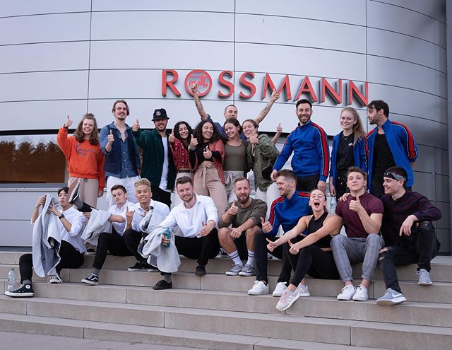 Very happy that @german_dance_art trusted me with this show for @mein_rossmann again! Work that doesn't feel like work... quality time with friends. Special thanks to the man himself @raikpreetz #germandanceart #alexheimer #choreographerlife #thelastonestanding #internationalchoreographer #commercialwork #meinrossmann #rossmann #rossmannazubi picture by @paulineseid
