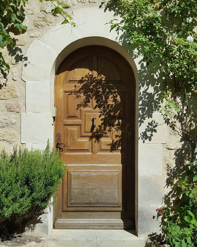 Couple of lovely, mysterious doors in #ansouis, film location for the next HP film, #harrypottersprovencalholidays. #provence #luberon #oldstones #rosemary #wisteria #ihavethisthingwithdoors #history #medieval #beautifulvillage