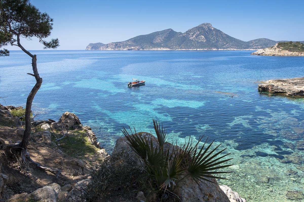 """Die wunderschöne Bucht von Sant Elm und die Insel """"La Dragonera"""" im Hintergrund."""