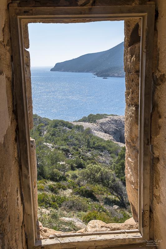 Blick aus einem der Fenster des alten Wachturms auf die Küste.
