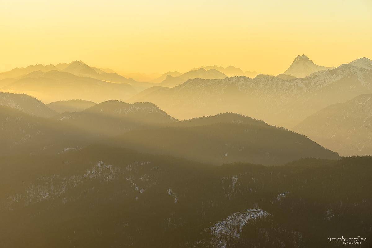 Blick auf das Kaisergebirge (mittig) und den Guffert (rechts).