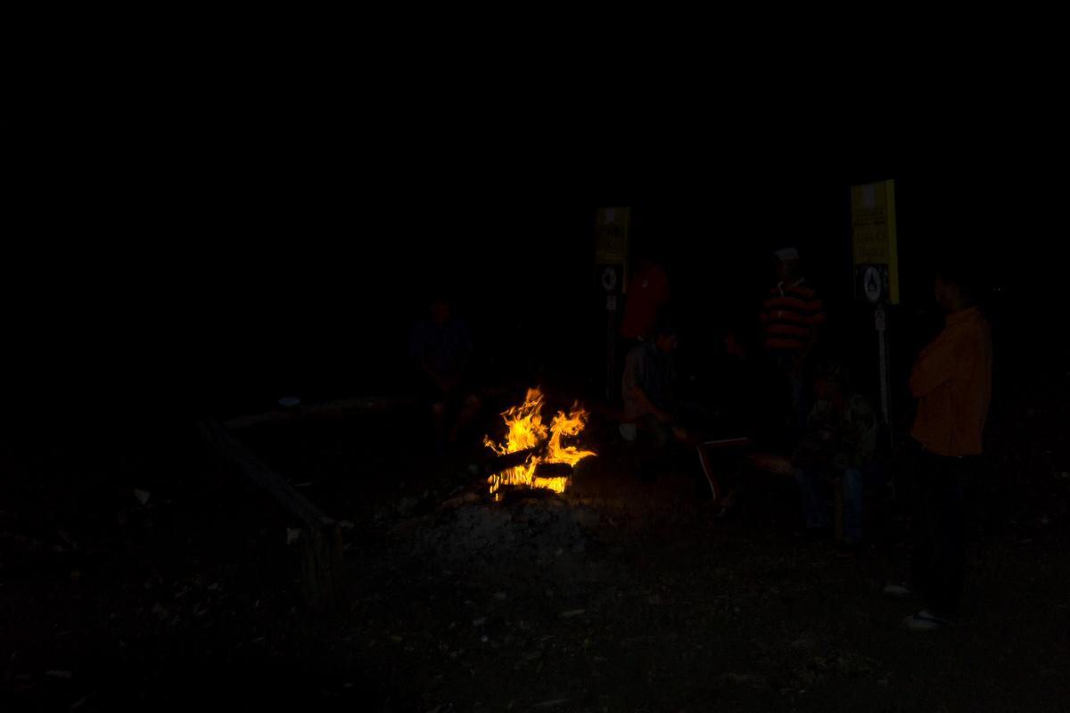 Abendliche Routine: Lagerfeuer, Rum und lustige Geschichten.
