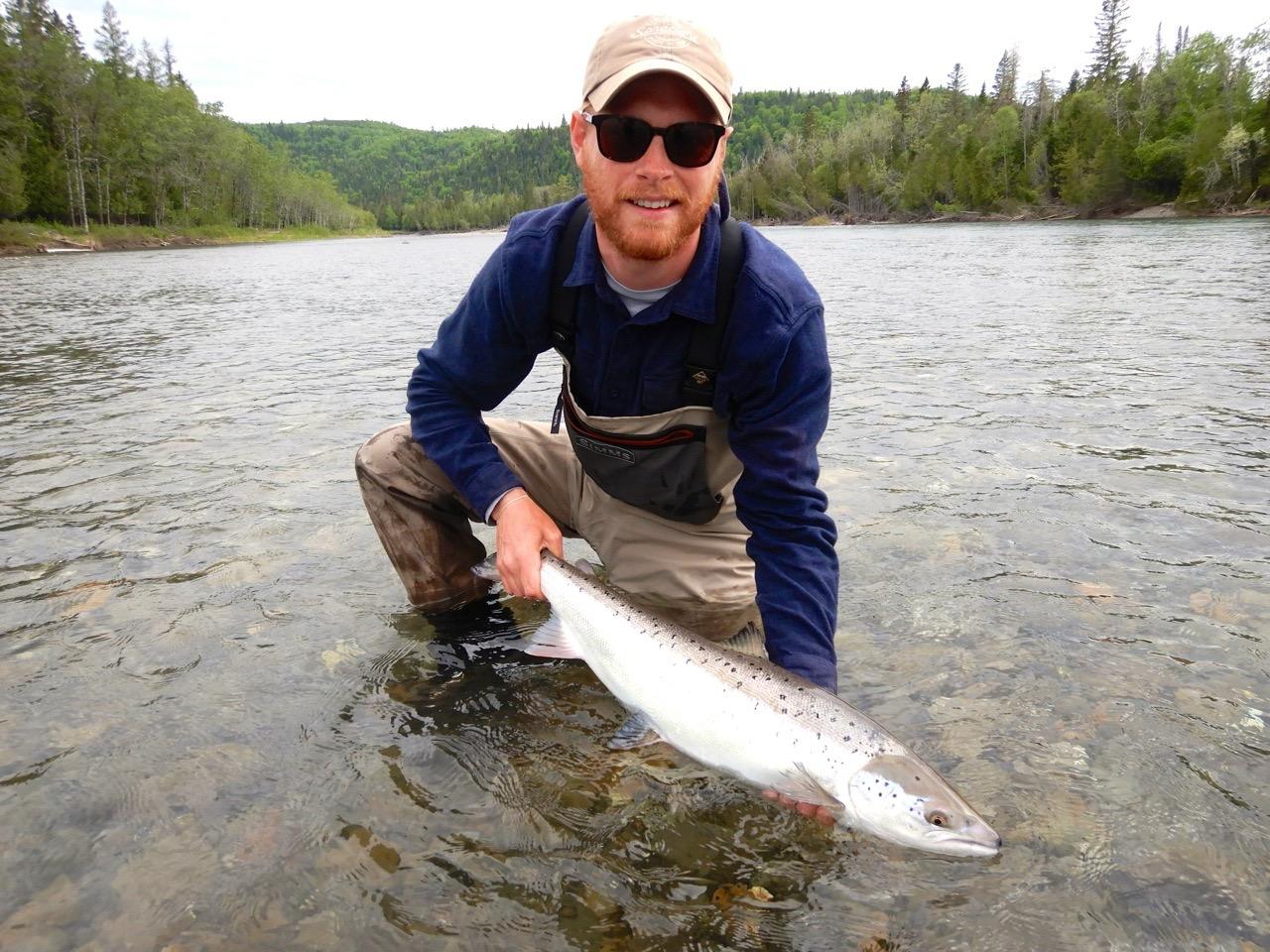 Toby Gray est fier de son premier saumon capturé de ce côté-ci de l'Atlantique. Félicitations, Toby, bien joué!