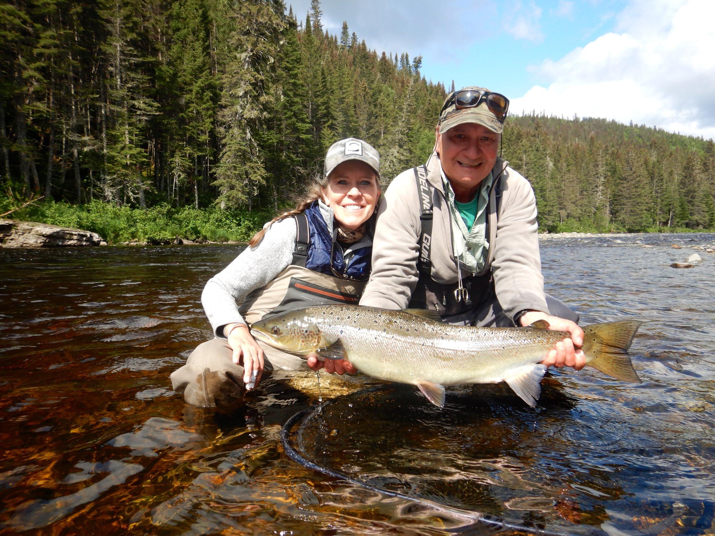 Mette Mortensen remet dans la Cascapédia un magnifique saumon femelle avec l'aide de notre fabuleux guide, Clément Bernier! Félicitations, Mette!