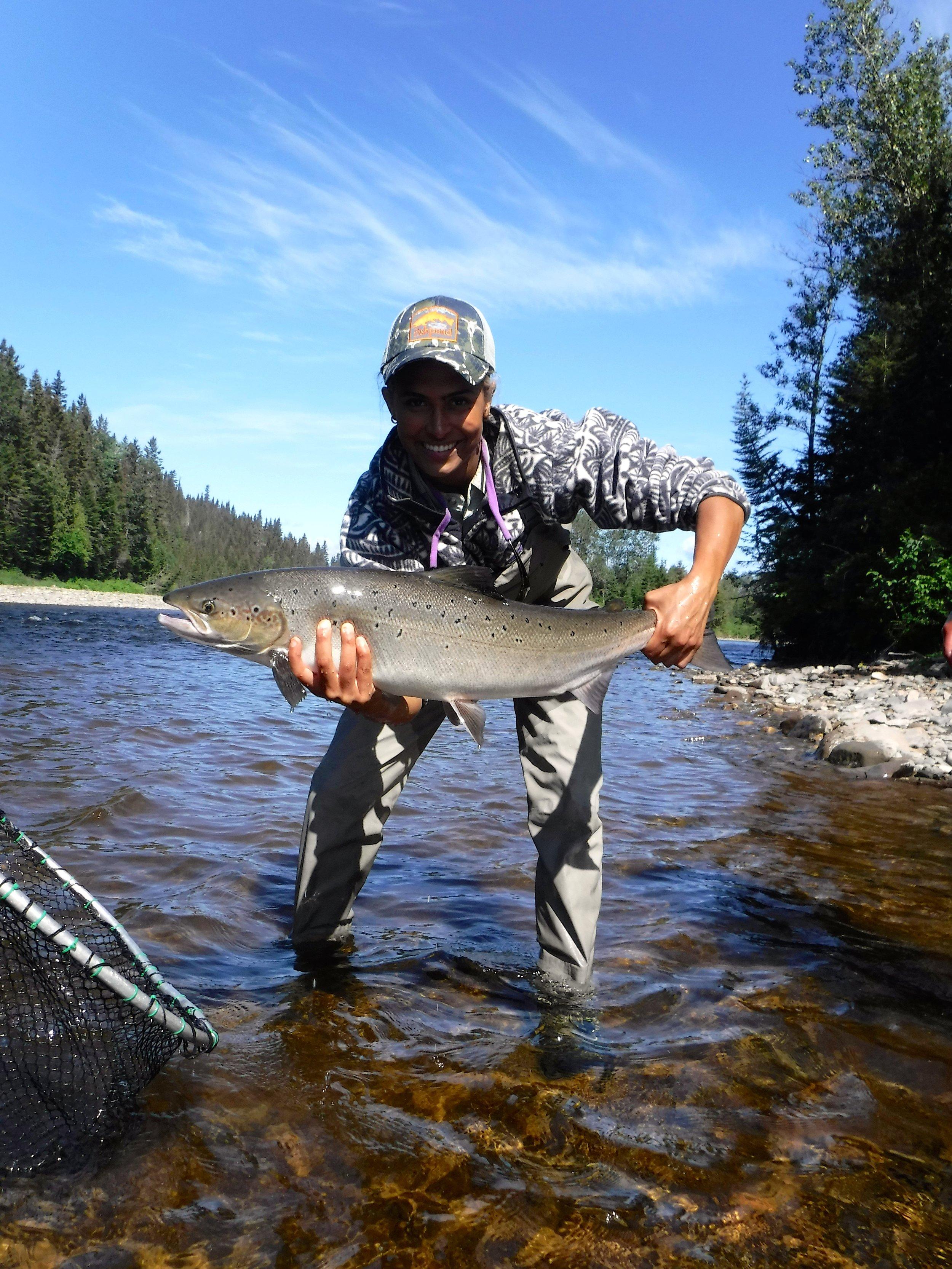 Yasmeen Moorman vient de capturer sont tout premier saumon atlantique à vie. Félicitations, Yasmeen!