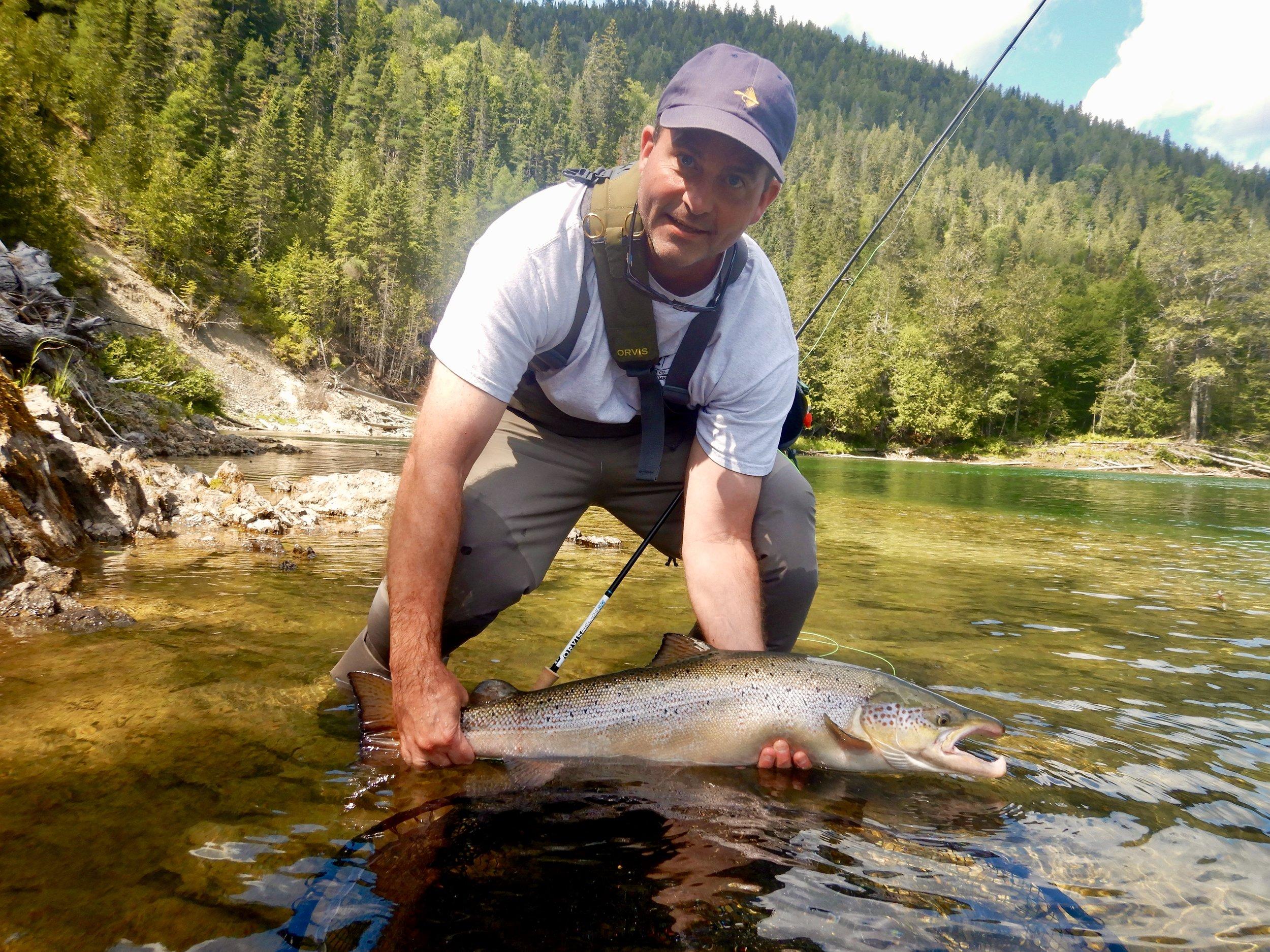 Peter Bowles, qui en était à sa première visite à Salmon Lodge, remet à l'eau un superbe saumon capturé dans la Petite Cascapédia. Beau travail, Peter!