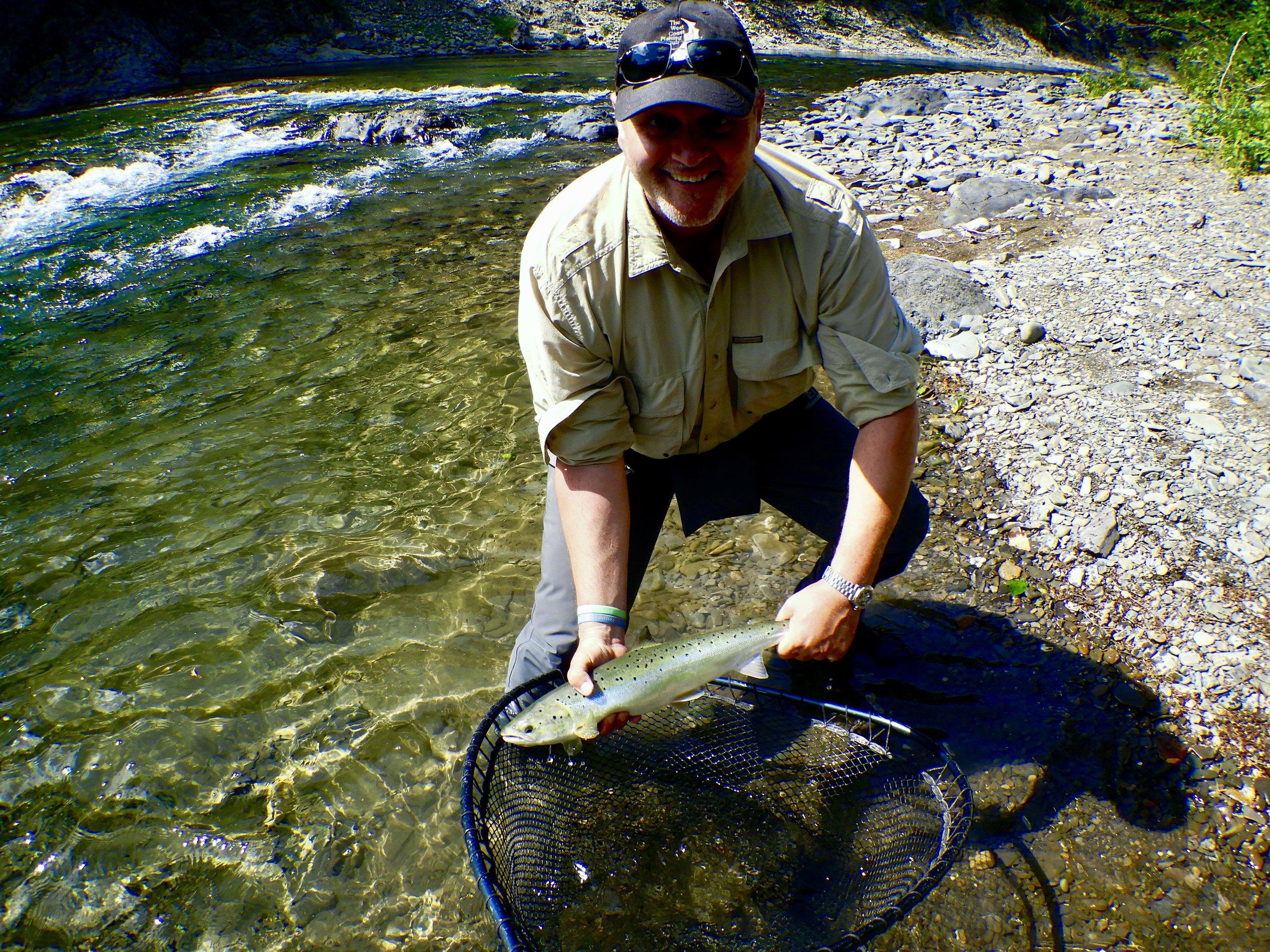 Notre bon ami Raffaele DelliColli remet à l'eau un beau madelineau capturé dans la Bonaventure dès son premier séjour à Salmon Lodge! À l'an prochain, Raffaele!