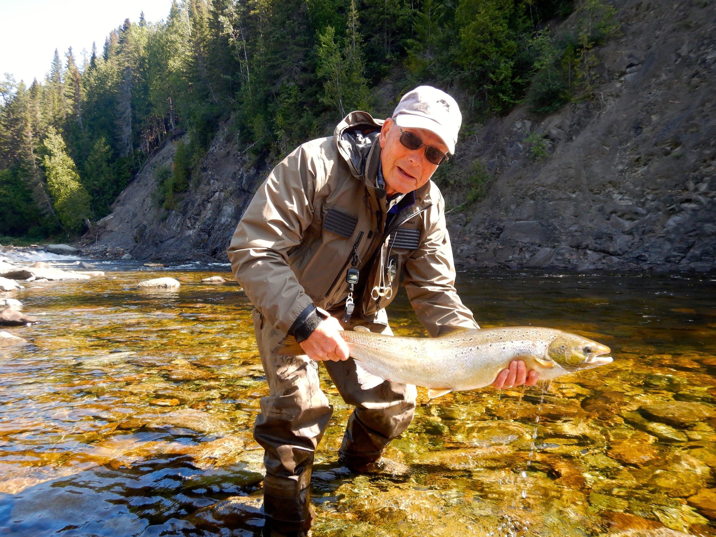 Allan Ingraham, nouveau client de Salmon Lodge, a capturé cette magnifique femelle dans la Cascapédia.