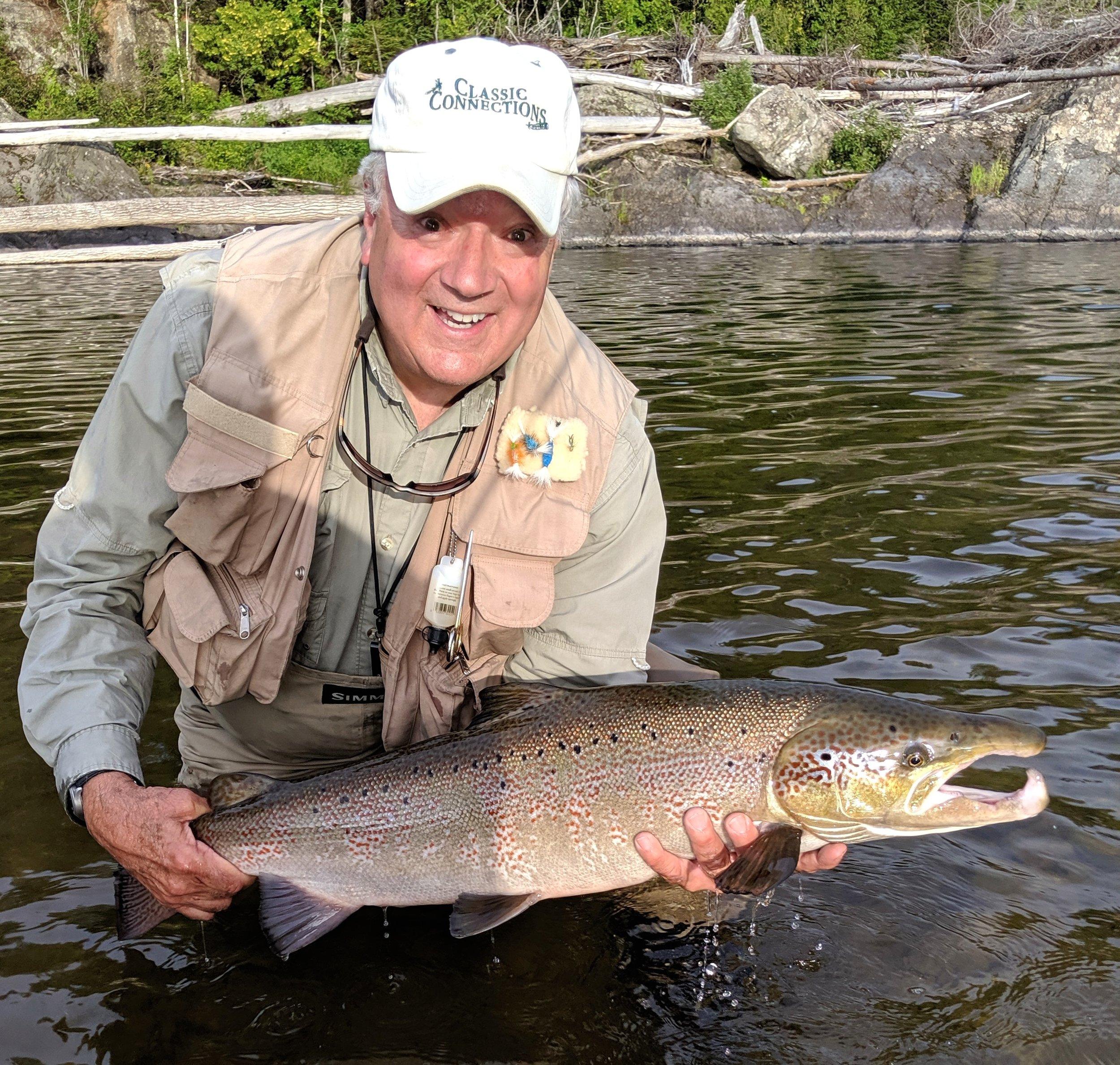 Notre bon ami, Tom Ackerman, remet à l'eau ce magnifique saumon capturé dans la Cascapédia.