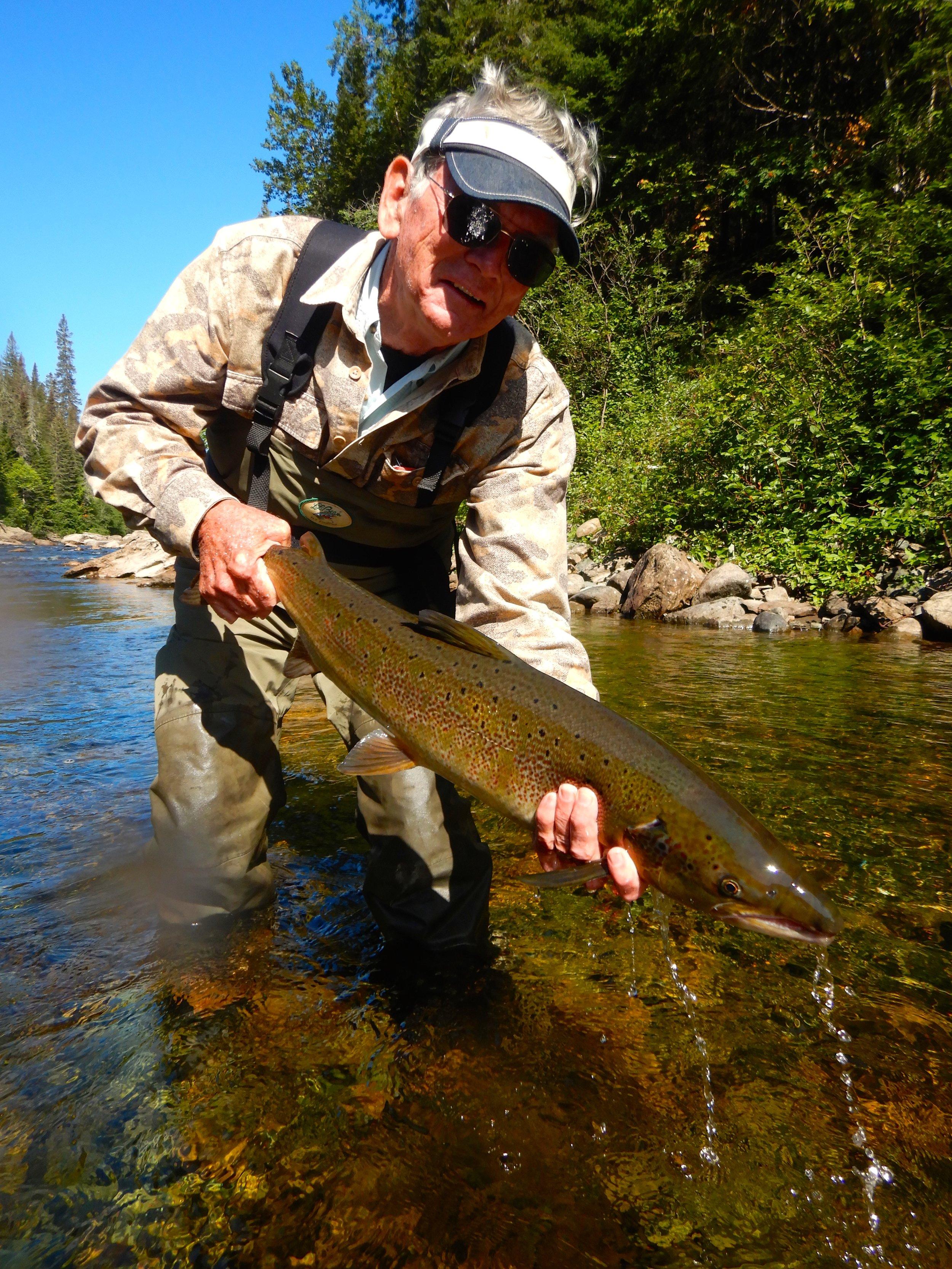 Pete Moynihan, qui en était à sa première visite à Salmon Lodge, remet à l'eau ce superbe spécimen capturé dans la Cascapédia.
