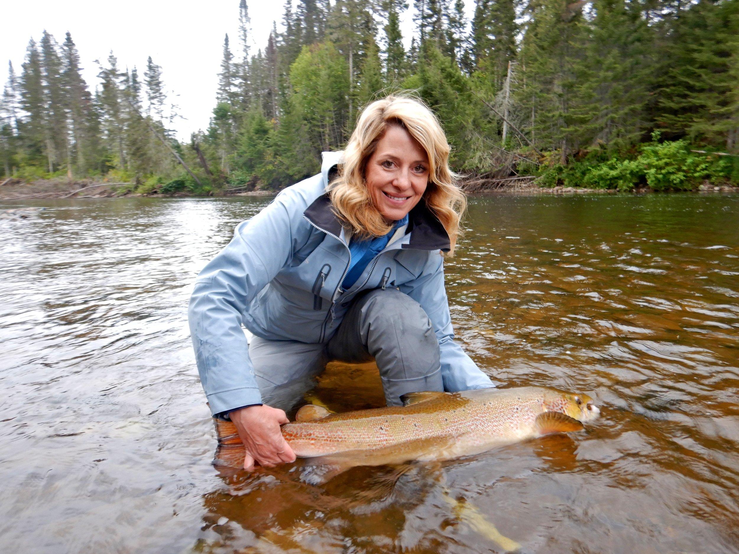 Malinda et Gregg Pike sont des habitués de Salmon Lodge depuis quelques années. Ils sont vraiment adorables et les rivières les ont choyés cette semaine! Malinda remet son saumon dans la Cascapédia et ci-dessous, Gregg Pike montre sa belle prise! Bon retour à la maison et à l'an prochain!