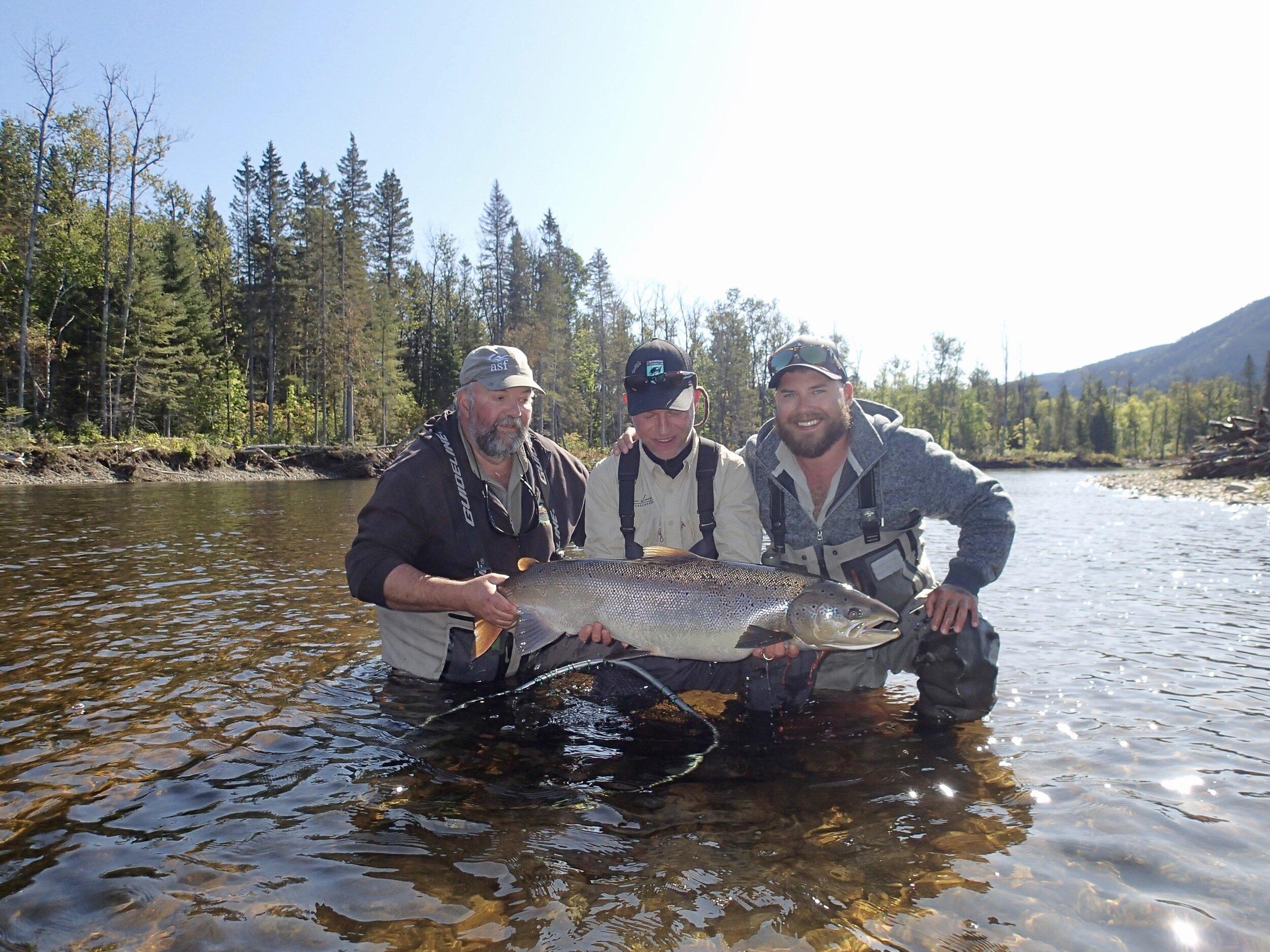 Notre bon ami Thomas Mahnke a battu son propre record deux fois cette semaine à Salmon Lodge! Le voici en admiration devant le superbe spécimen qu'il a capturé dans la Cascapédia. Félicitations, Thomas! Nous sommes très heureux pour toi!