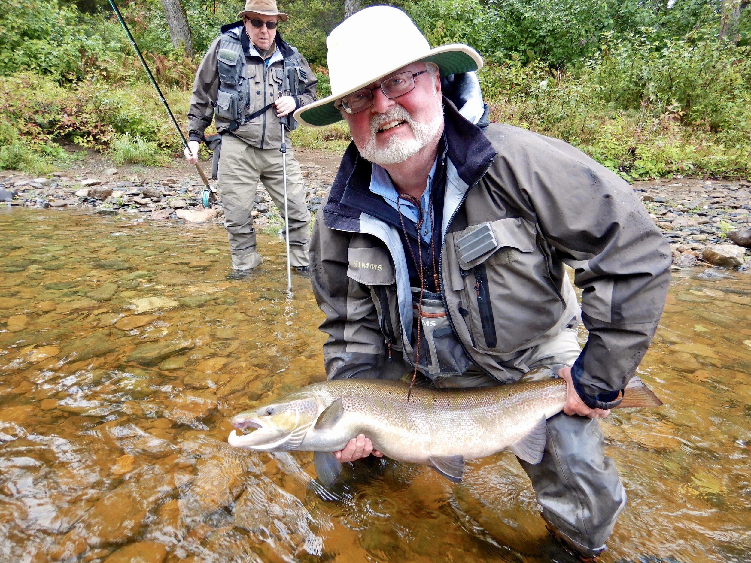 John Graham, qui en était à sa première visite, a capturé ce magnifique saumon dans la Cascapédia. Bravo, John! Nous avons très hâte de te revoir l'an prochain!