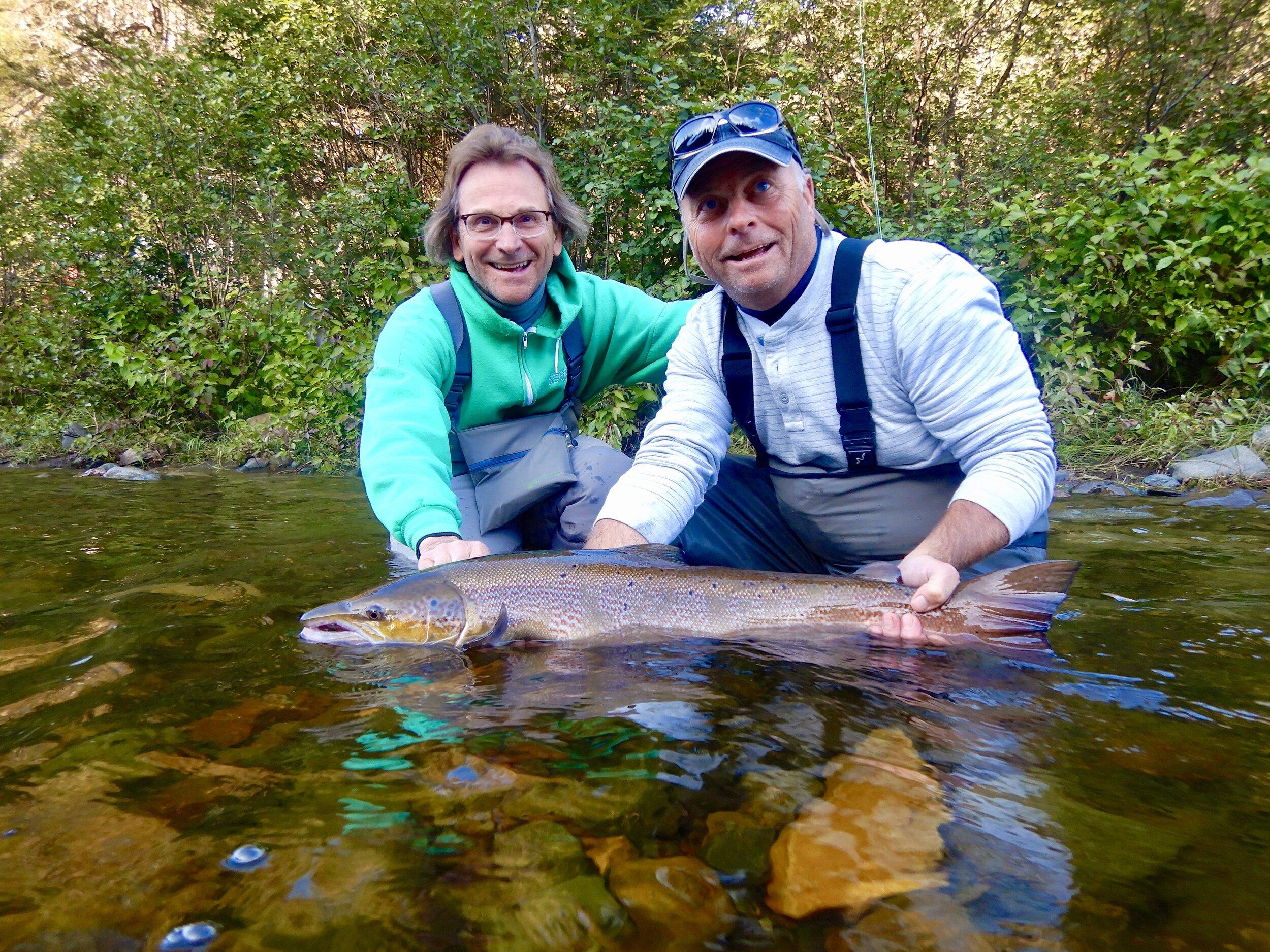 Les frères Roland Czech (à droite) et Jan Czech (à gauche) ont passé une formidable jounée sur la Cascapédia. Les voici avec le superbe saumon capturé par Roland. Beau travail, Roland!