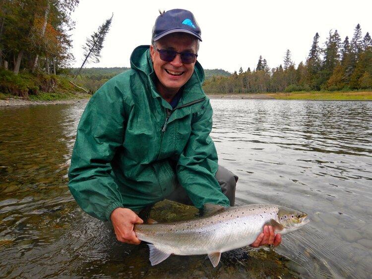 François Gagnon est un de nos bons amis. Il vient à Salmon Lodge en compagnie des frères Czech depuis quelques années maintenant. Le voici avec le saumon qu'il a capturé sur la Petite Cascapédia. Félicitations, François! Beau travail!