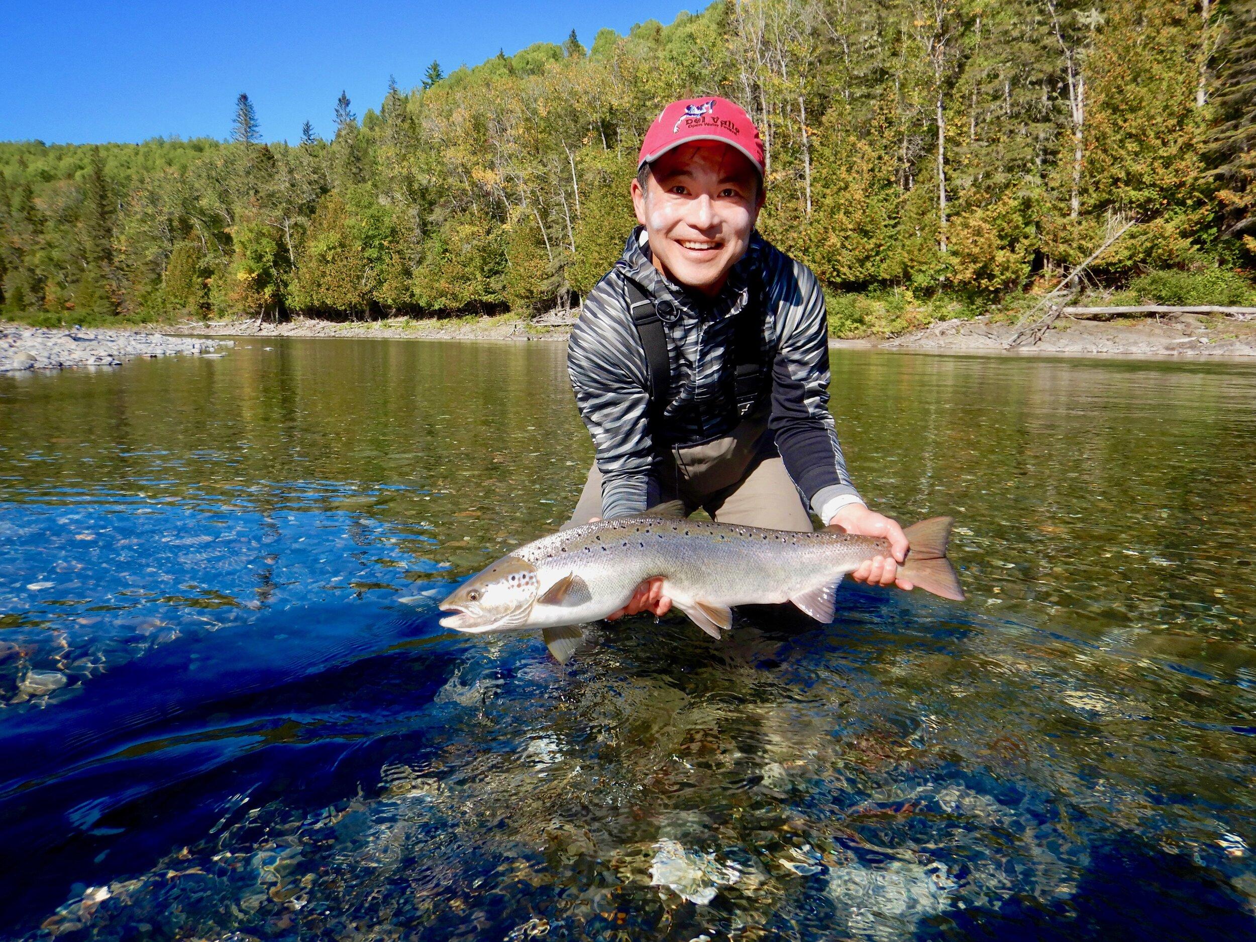 Nous avons accueilli Ludwig Lin pour la première fois à Salmon Lodge cette année et voilà qu'il a capturé ce beau saumon dans la Rivière Bonaventure. Bien joué, Ludwig!
