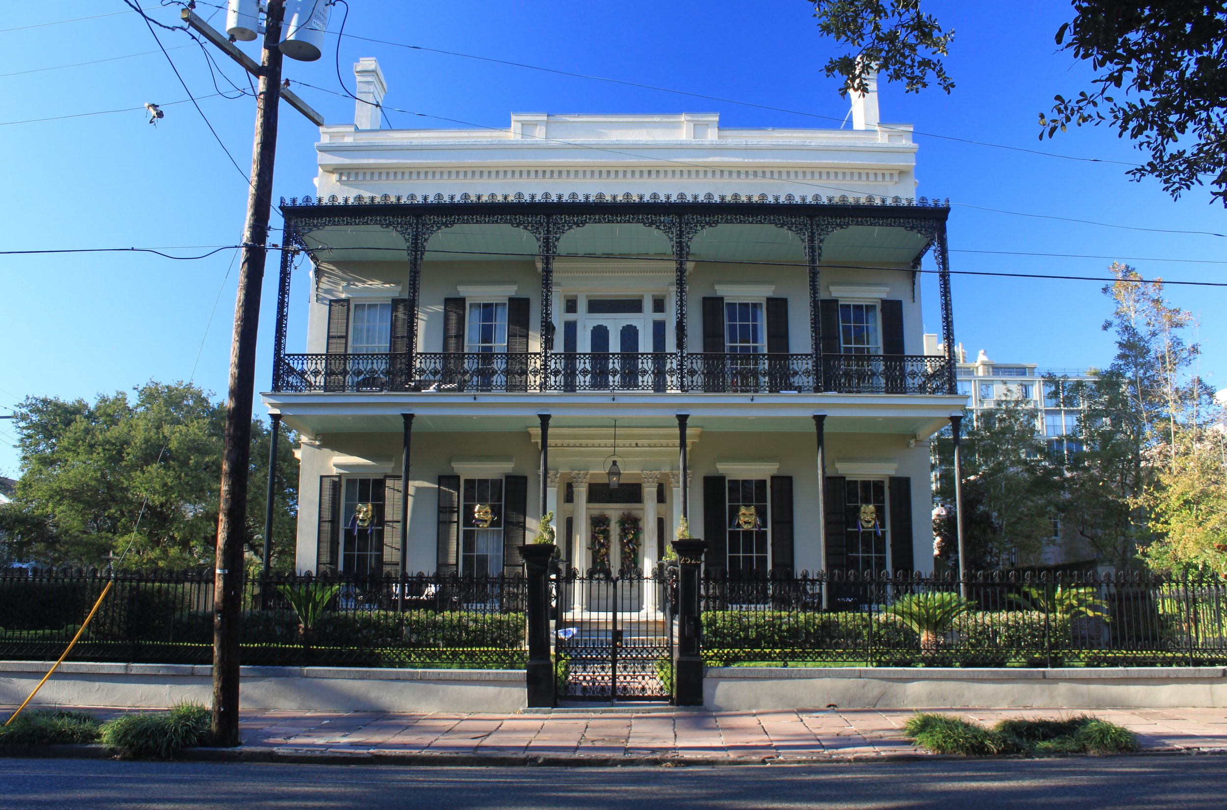 One of the many b-e-a-utiful architectural sights getting lost in The Garden District.