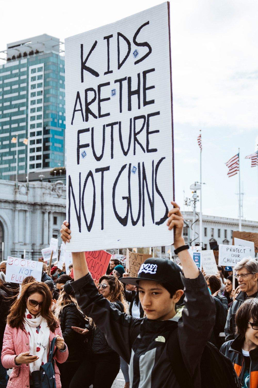"""""""Niños son el futuro, no pistolas"""""""