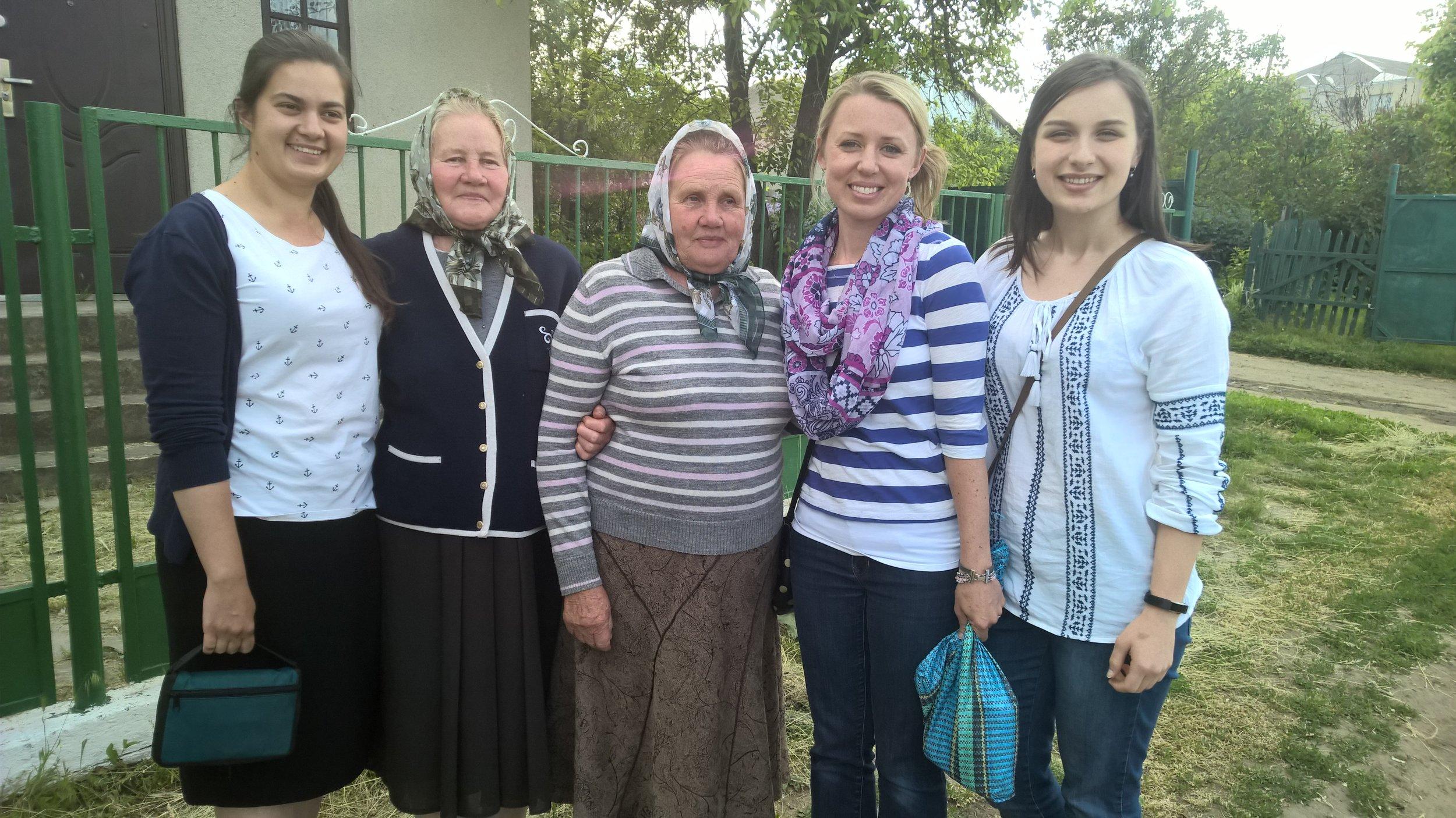Village ladies Natasha, Anna and Pasha chat with my daughter Ruth and granddaughter Naomi.
