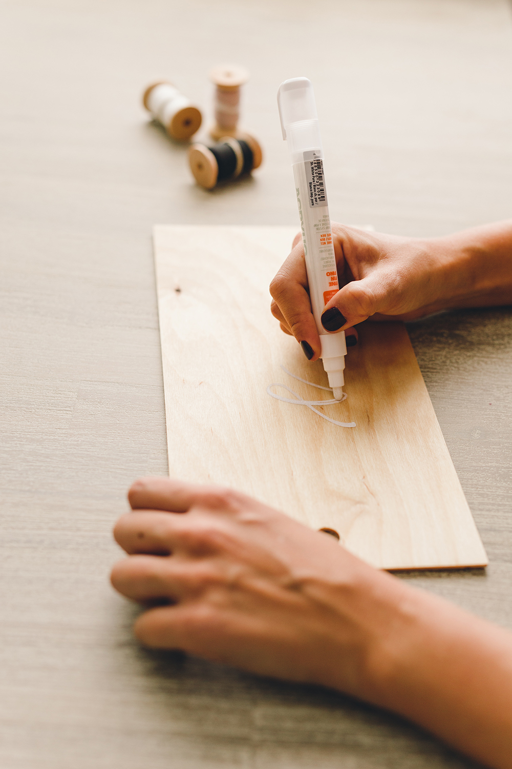 Simple DIY for wood serving boards you can customize with names, words or quotes | A Fabulous Fete